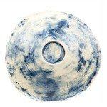 Centrotavola in grès inciso irregolare, sfumature blu. Ceramiche Liberati