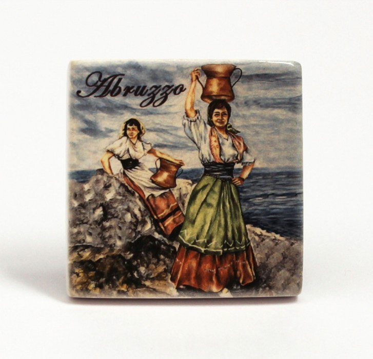 Magnete frigo donne abruzzesi con la conca in testa, Ceramiche Liberati