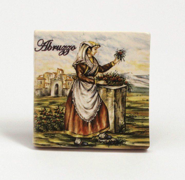 Magnete frigo donna abruzzese con mazzetto di fiori, Ceramiche Liberati