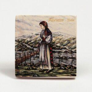 Magnete frigo donna abruzzese, sfondo montagna, Ceramiche Liberati