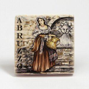 Magnete frigo Donna abruzzese con la conca, Ceramiche Liberati