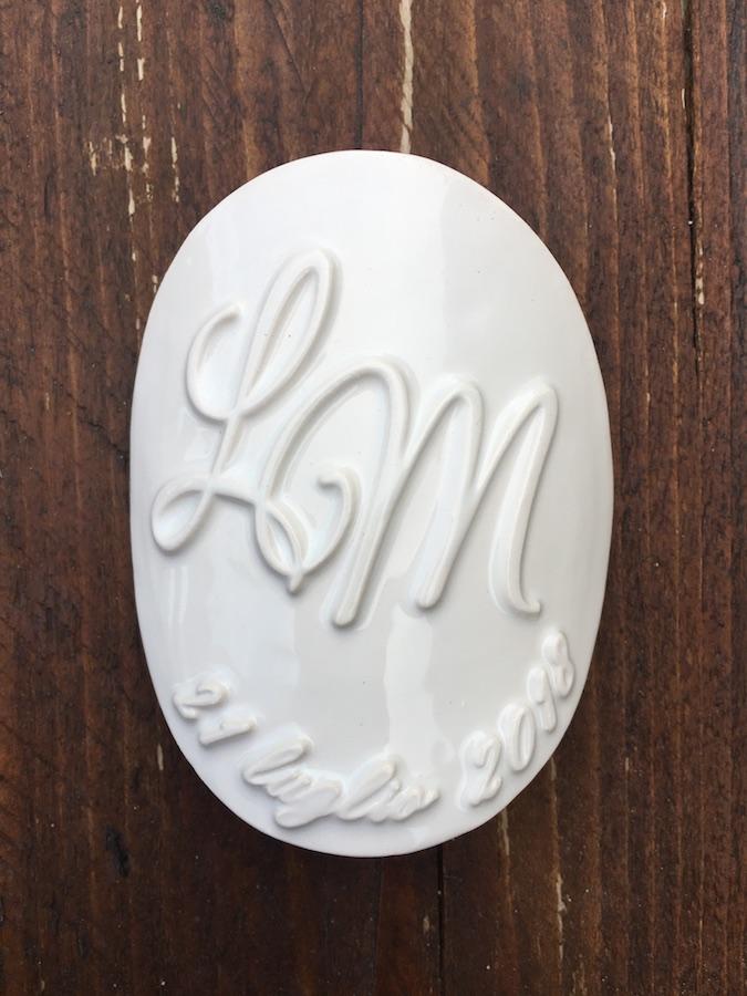 Etichetta in ceramica con iniziali a rilievo_Ceramiche Liberati