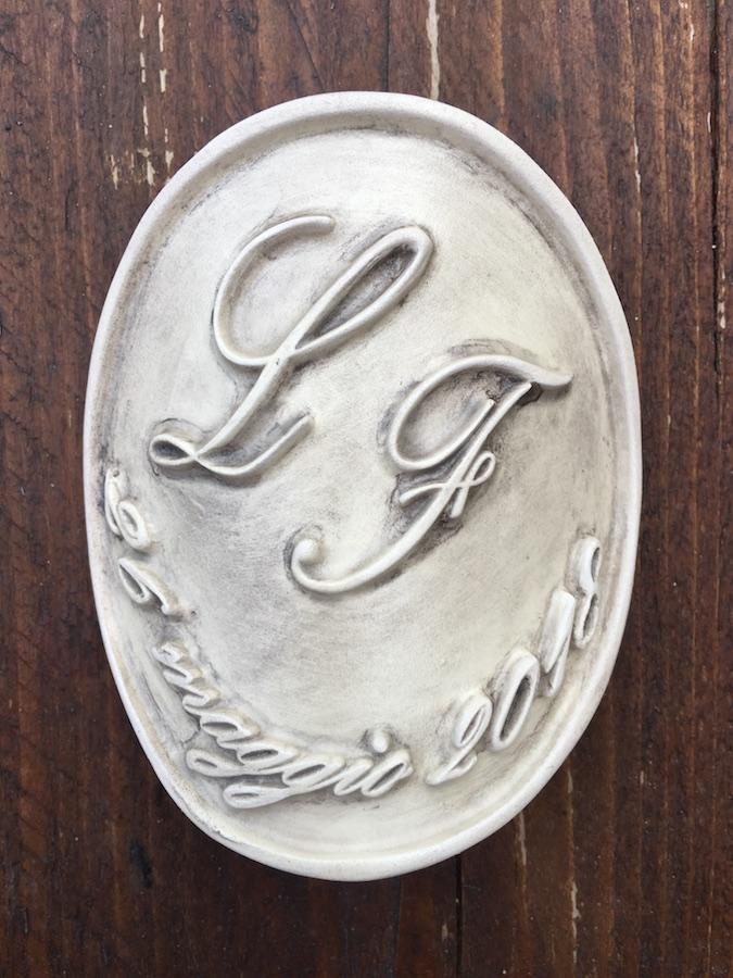 Etichetta in ceramica ovale con iniziali e data_Ceramiche Liberati