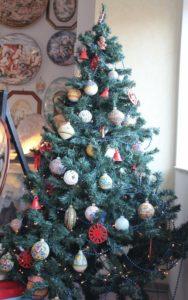 Albero di Natale con palline in ceramica di Ceramiche Liberati