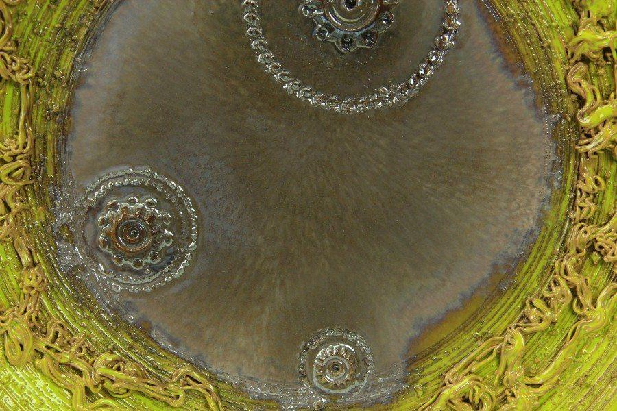 Piatto da muro in ceramica moderna con riflessi e applicazioni, Ceramiche LIberati