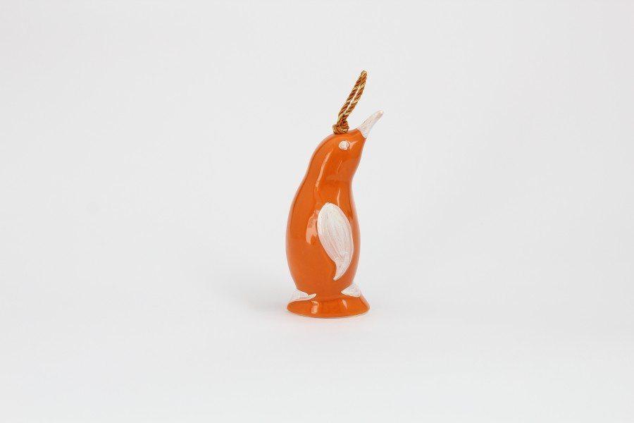 01CAM-AR_Campanella in ceramica artigianale Pinguino arancio bianco lato_Ceramiche Liberati
