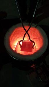 Foto fase di cottura della ceramica con la tecnica raku di Ceramiche Liberati