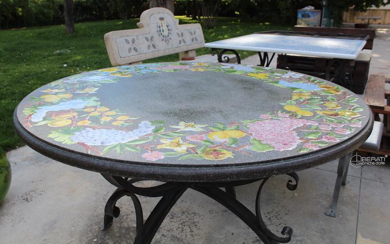 Tavoli Da Giardino In Pietra Lavica.Tavoli Con Piano In Pietra Lavica E Decoro Ceramico Con Base