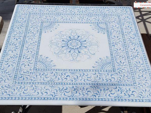 tavolo con piano in pietra lavica con decoro blu