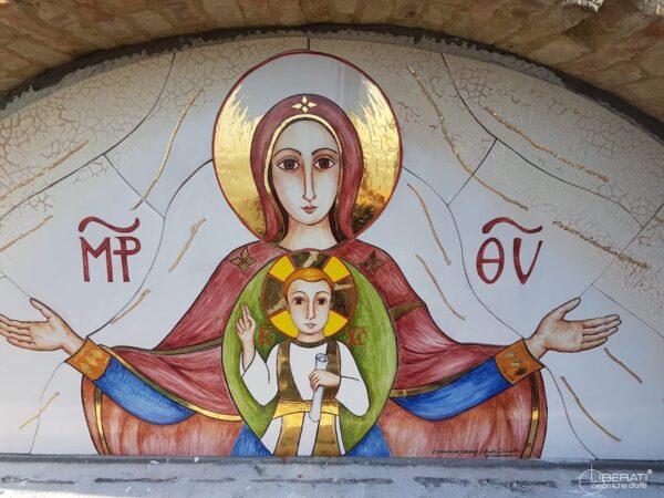 Realizzazioni su misura lunetta a mosaico in ceramica dipinta a mano Madonna con bambino, Ceramiche Liberati